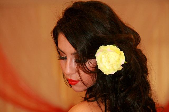 květina ve vlasech