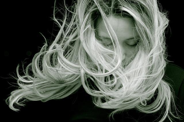 rozfoukané vlasy