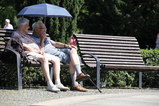 důchodci pod deštníkem
