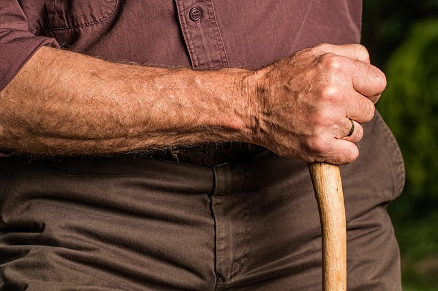 ruka starého člověka